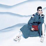Kendall Jenner con un vestido maxi a rayas turquesa de la nueva colección otoño/invierno de Fendi
