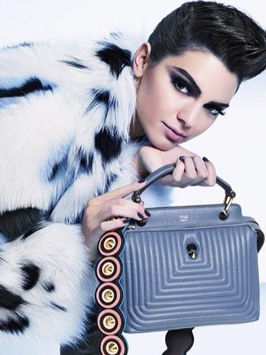 Kendall Jenner con abrigo bisón y clutch en tono metalizado de la nueva colección otoño/invierno de Fendi