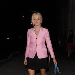 Pixie Lott con un total look de traje y falda en rosa y negro