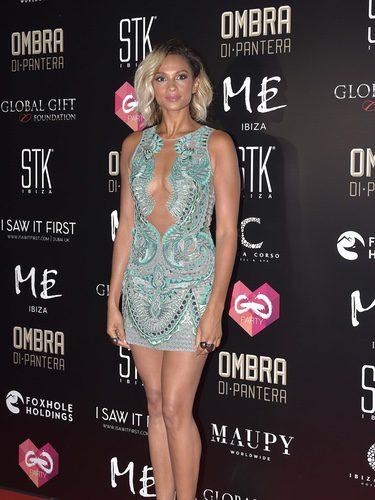 Alexa Dixon con un vestido midi con transparencias en tono turquesa