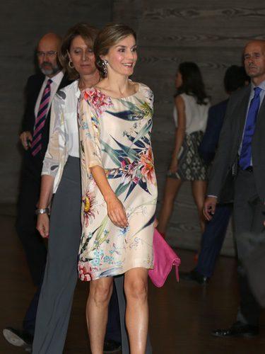 La Reina Letizia con un vestido en blanco con estampado floral