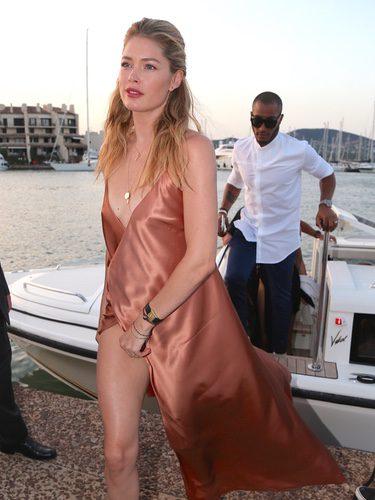 Doutzen Kroes con un vestido maxi lencero en tono oro rosado