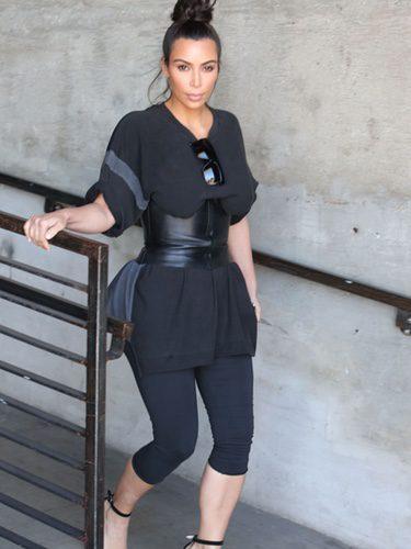Kim Kardashian con un conjunto de camisetas y leggins