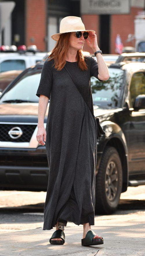 Julianne Moore con un vestido maxi recto en tono gris