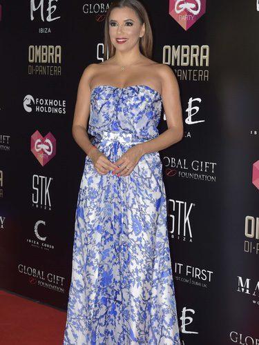 Eva Longoria con un vestido de flores en blanco y azul