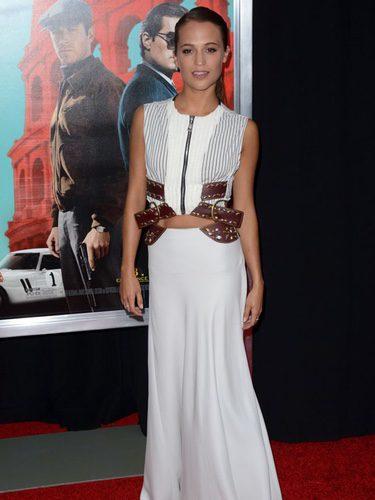 Alicia Vikander con un vestido con detalles en 'cut out' y cinturón de cuero