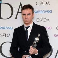 Raf Simons posando con un premio en la celebración de los CFDA Fashion Awards 2014