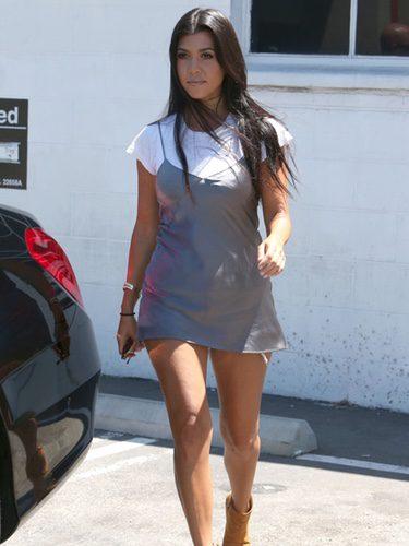 Kourtney Kardashian con un vestido lencero metalizado