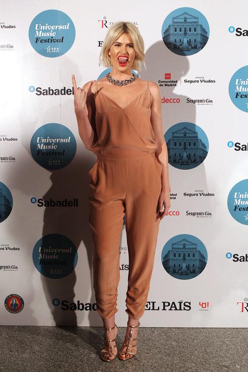 Adriana Abenia con un jumpsuit en tono camel