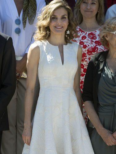 La Reina Letizia con un vestido blanco con bordados