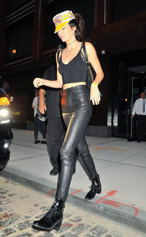 Kendall Jenner con un total black y una gorra visera en color amarillo