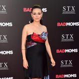 Mila Kunis con un vestido asimétrico en negro