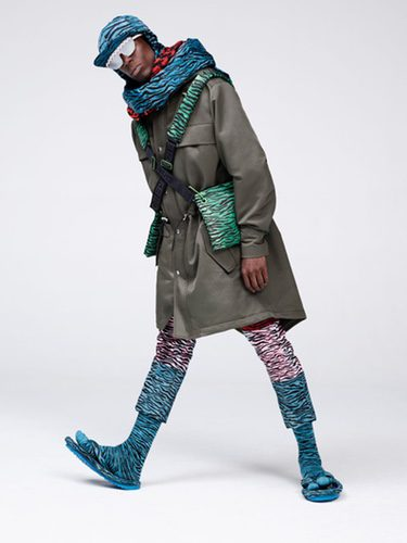 Modelo posando con los diseños de la próxima colección 'Kenzo x H&M'