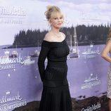 Melanie Griffith con un vestido negro escote bardot