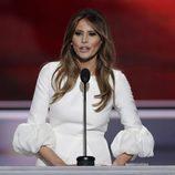 Melania Trump con un vestido blanco con puños XXL