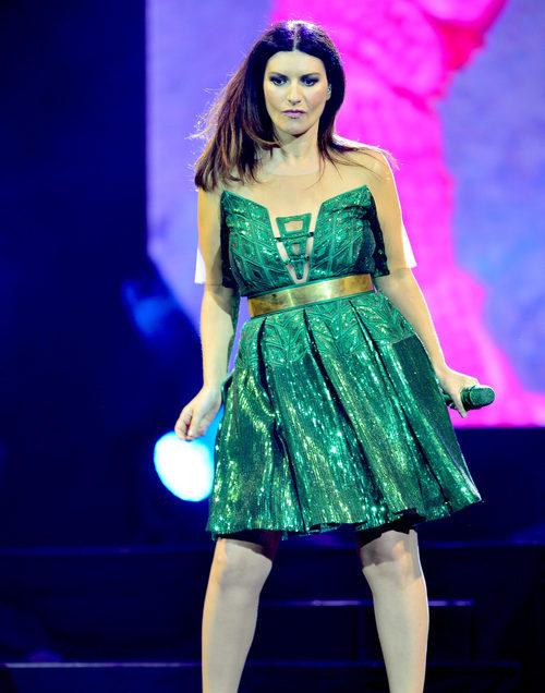 Laura Pausini dando un concierto en Miami