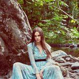 Modelo posando con un diseño de la nueva colección de otoño/invierno 2016/2017 de Zara
