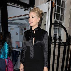 Pixie Lott luciendo un total look negro en Londres