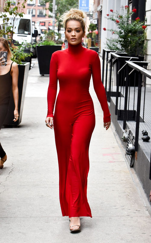 Rita Ora con un total look rojo en Nueva York