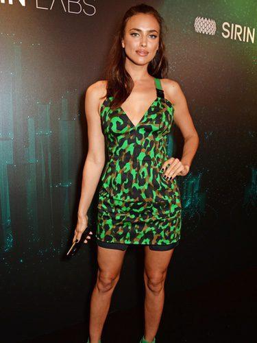 Irina Shayk con un vestido animal print de Versace