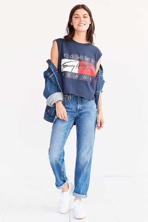Look denim de Tommy Jeans para Urban Outfitters