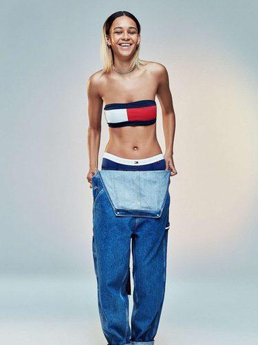 Top con el logotipo de Tommy Jeans para Urban Outfitters