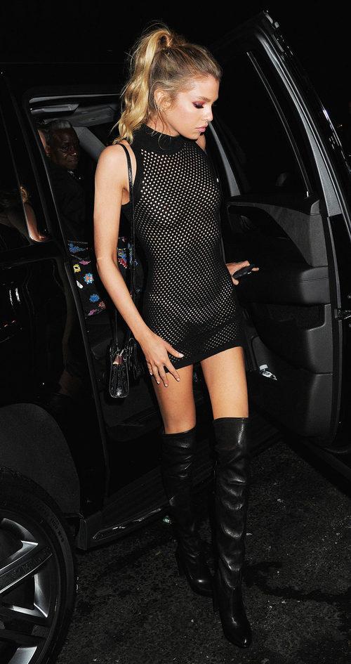 Stella Maxwell saliendo de la fiesta de los MTV VMAs 2016