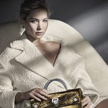Jennifer Lawrence con un bolso metalizado de Dior otoño/invierno 2016/2017