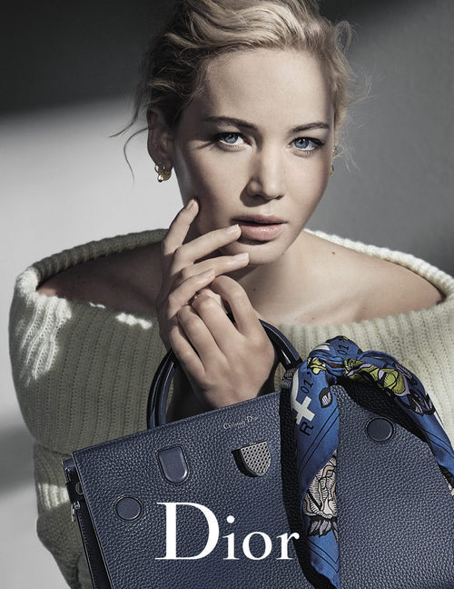 Jennifer Lawrence con un bolso azul de Dior otoño/invierno 2016/2017