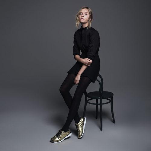 Josephine Skriver con unos sneakers dorados de Hogan otoño/invierno 2016/2017