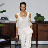 Pantalones blancos de Jason Wu primavera/verano 2017 en la Semana de la Moda de Nueva York