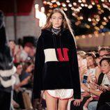 Gigi Hadid desfilando para Tommy Hilfiger otoño/invierno 2016/2017 en la Semana de la Moda de Nueva York