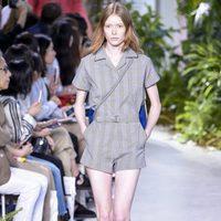 Mono corto gris de la colección primavera/verano 2017 de Lacoste en la Nueva York Fashion Week