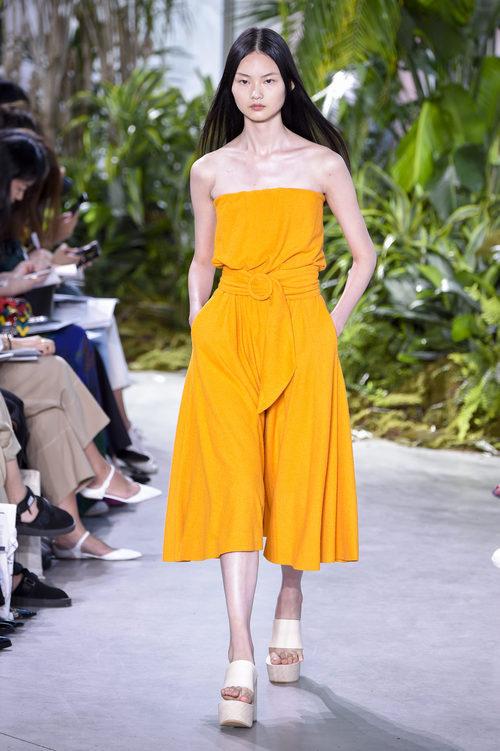 Vestido color mostaza de la colección primavera/verano 2017 de Lacoste en la Nueva York Fashion Week