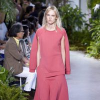 Vestido fucsia de la colección primavera/verano 2017 de Lacoste en la Nueva York Fashion Week