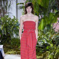 Vestido rojo de rayas de la colección primavera/verano 2017 de Lacoste en la Nueva York Fashion Week