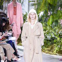Gabardina nude de la colección primavera/verano 2017 de Lacoste en la Nueva York Fashion Week