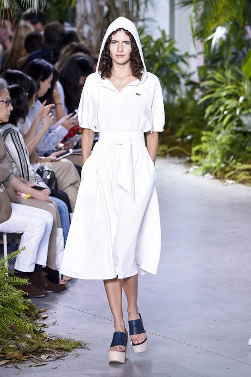 Vestido blanco de la colección primavera/verano 2017 de Lacoste en la Nueva York Fashion Week