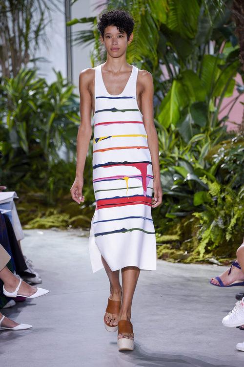 Vestido blanco de rayas de la colección primavera/verano 2017 de Lacoste en la Nueva York Fashion Week