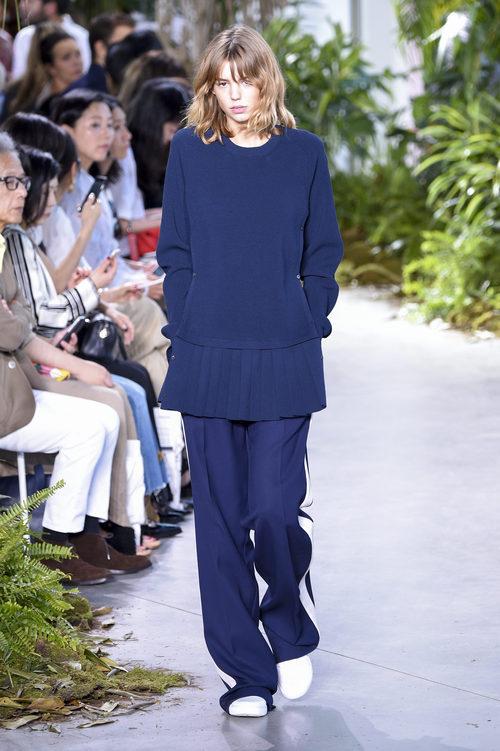 Conjunto azul marino de la colección primavera/verano 2017 de Lacoste en la Nueva York Fashion Week