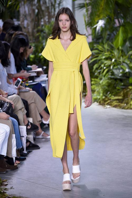 Vestido amarillo de la colección primavera/verano 2017 de Lacoste en la Nueva York Fashion Week