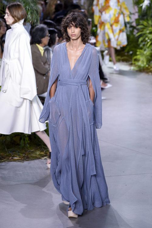 Vestido de gasa azul de la colección primavera/verano 2017 de Lacoste en la Nueva York Fashion Week