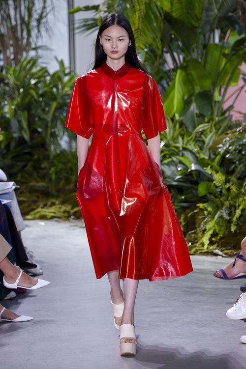 Vestido rojo de vinilo de la colección primavera/verano 2017 de Lacoste en la Nueva York Fashion Week