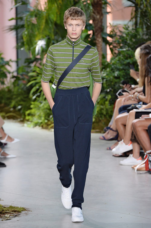 Polo verde de la colección primavera/verano 2017 de Lacoste en la Nueva York Fashion Week