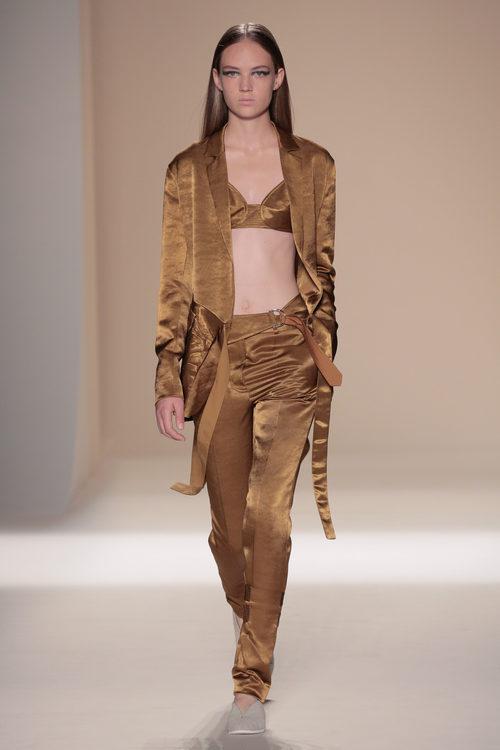 Conjunto ocre de la colección primavera/verano 2017 de Victoria Beckham en Nueva York Fashion Week