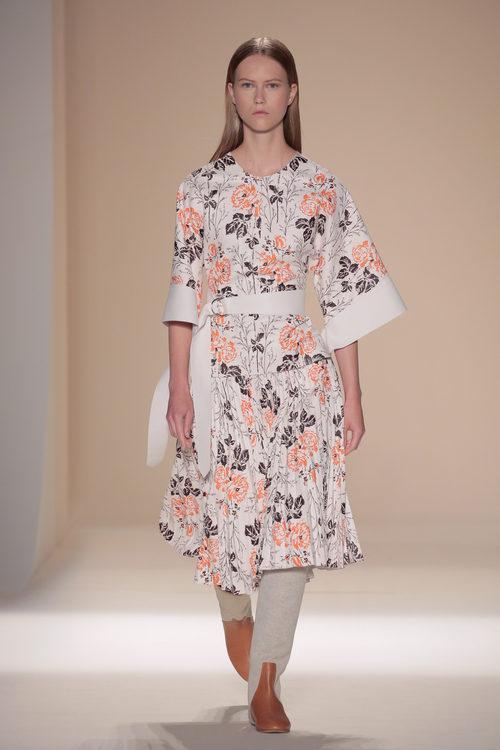 Conjunto floreado de la colección primavera/verano 2017 de Victoria Beckham en Nueva York Fashion Week