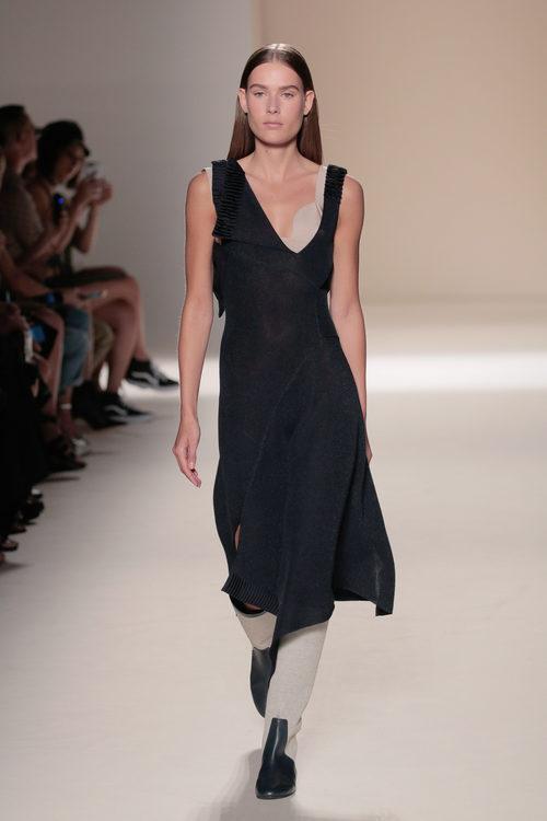 Vestido negro de la colección primavera/verano 2017 de Victoria Beckham en Nueva York Fashion Week