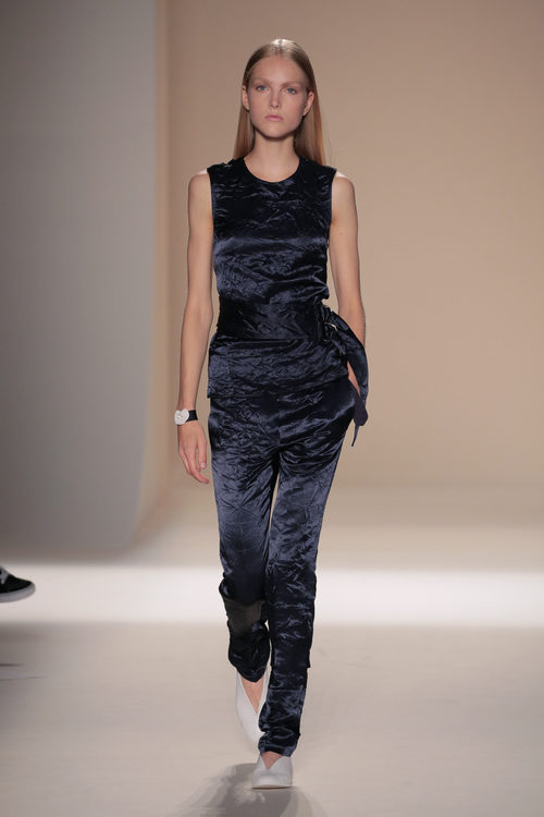 Look de terciopelo de la colección primavera/verano 2017 de Victoria Beckham en Nueva York Fashion Week