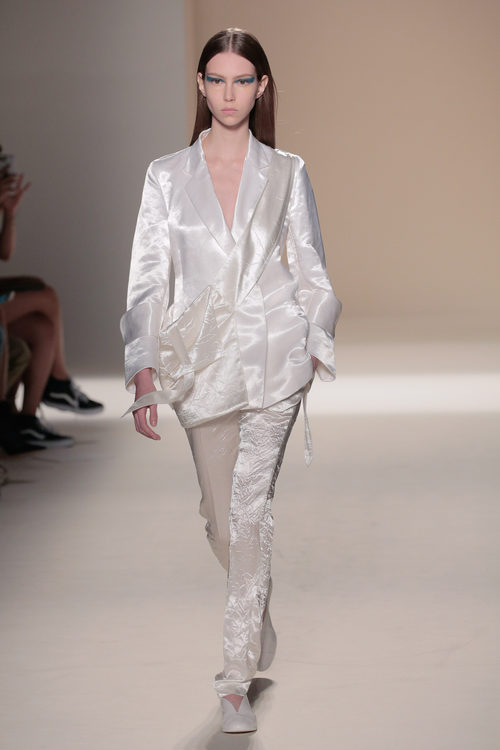 Traje blanco brillante de la colección primavera/verano 2017 de Victoria Beckham en Nueva York Fashion Week