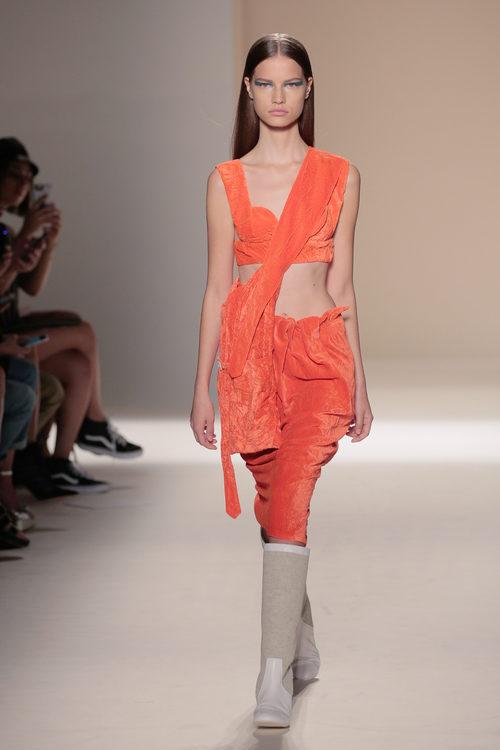 Conjunto de terciopelo naranja de la colección primavera/verano 2017 de Victoria Beckham en Nueva York Fashion Week